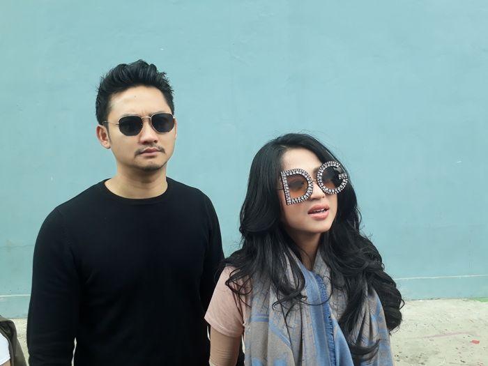 Dewi Perssik dan suami, Angga Wijaya, saat ditemui Grid.ID di kawasan Tendean, Jakarta Selatan. Seni