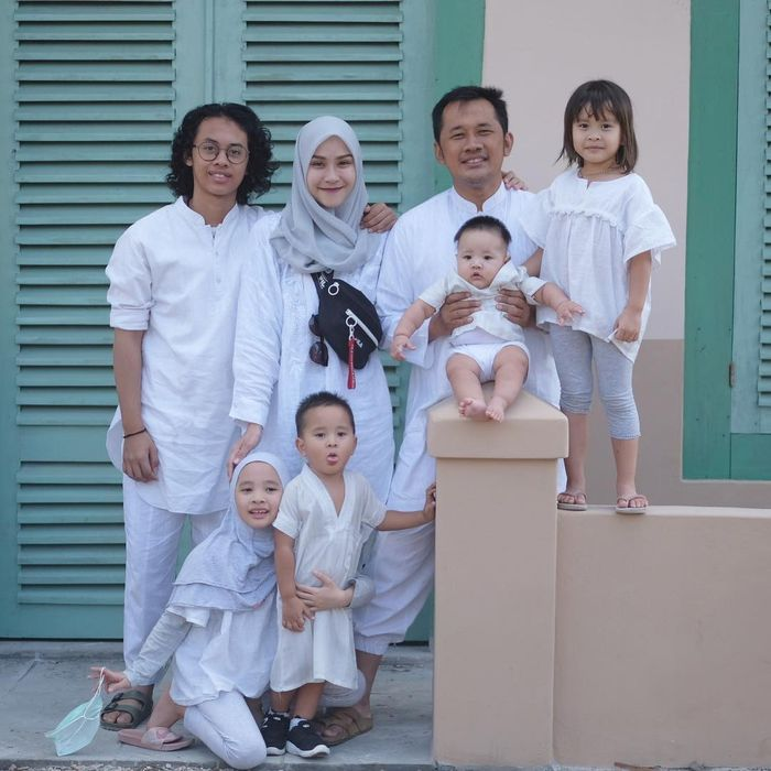 Foto keluarga Zaskia Mecca dan Hanung Bramantya