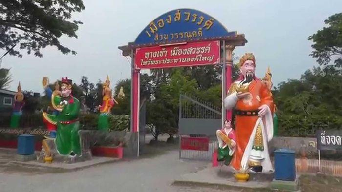 Pintu gerbang Wang Saen Suk