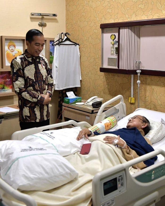 Presiden Jokowi menjenguk BJ Habibie.