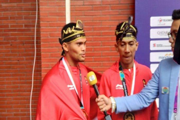 Pasangan atlet pencak silat Indonesia peraih emas Asian Games 2018 dari nomor seni berpasangan putra, Yola Primadona Jampil dan Hendy.