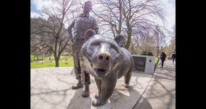 Patung Wojtek the Bear di Princes Street Gardens, Edinburgh, Skotlandia