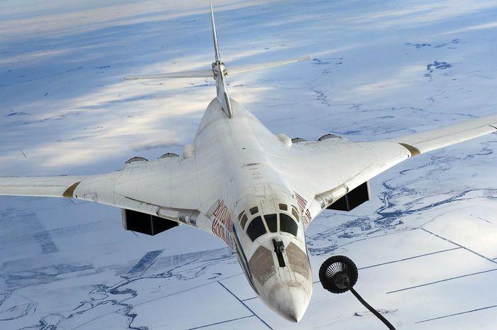 Tu-160 saat isi bahan bakar di udara
