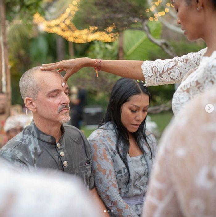 Anggun dan Christian yang sedang melakukan prosesi pernikahan