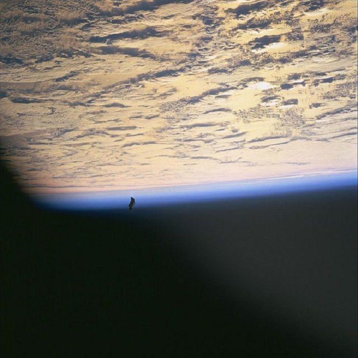 Black Knight dipotret selama misi STS-88 pada tahun 1998