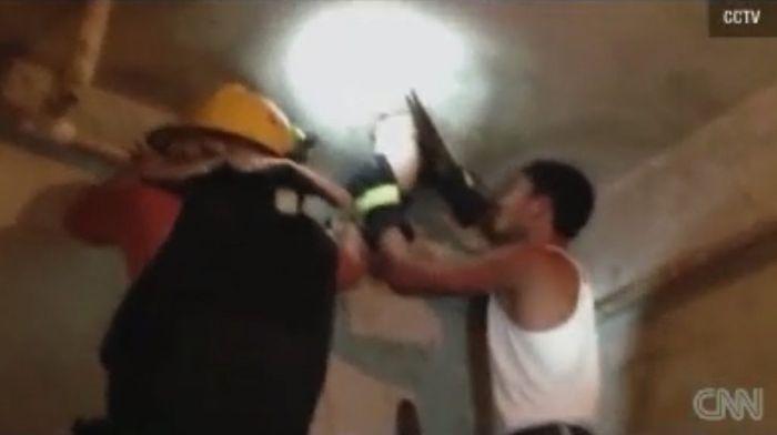 Petugas memotong pipa