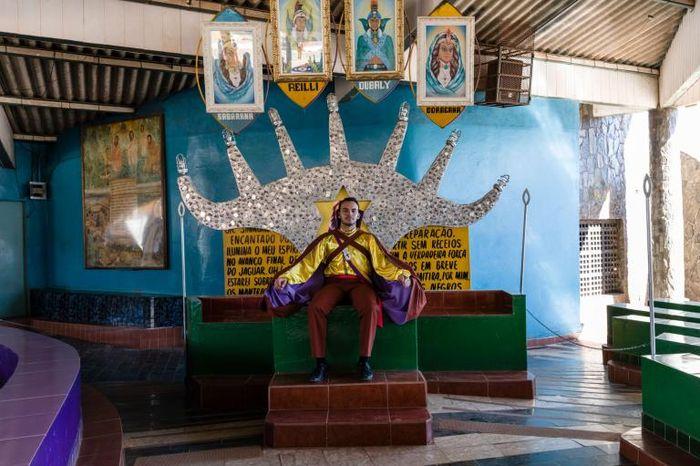 Kostum yang dikenakan anggota Vale do Amanhecer.