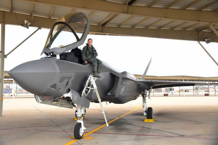 Gina 'Torch' Sabric berpose dengan pesawat siluman F-35.