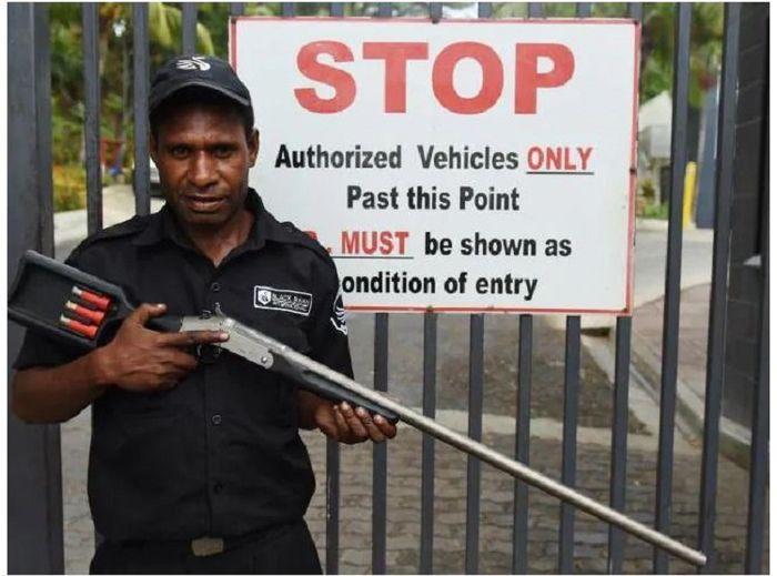 Selalu ada penjaga bersenjata lengkap di depan gedung.