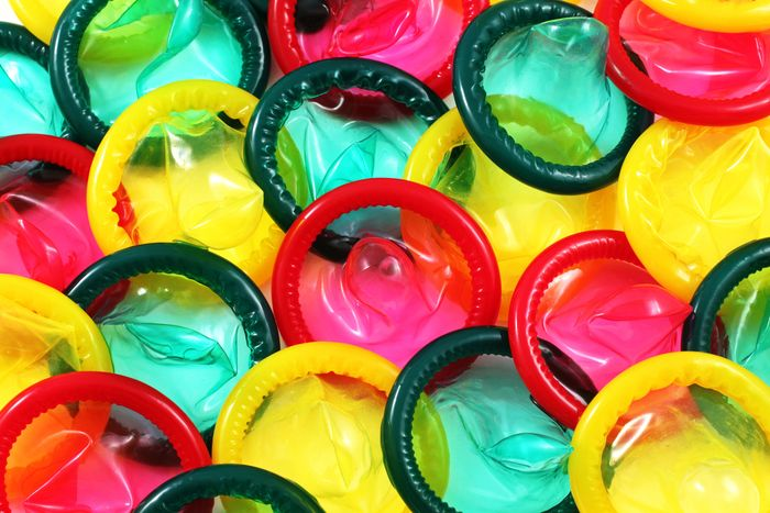 Kondom dengan berbagai warna dapat digunakan sebagai hiasan.