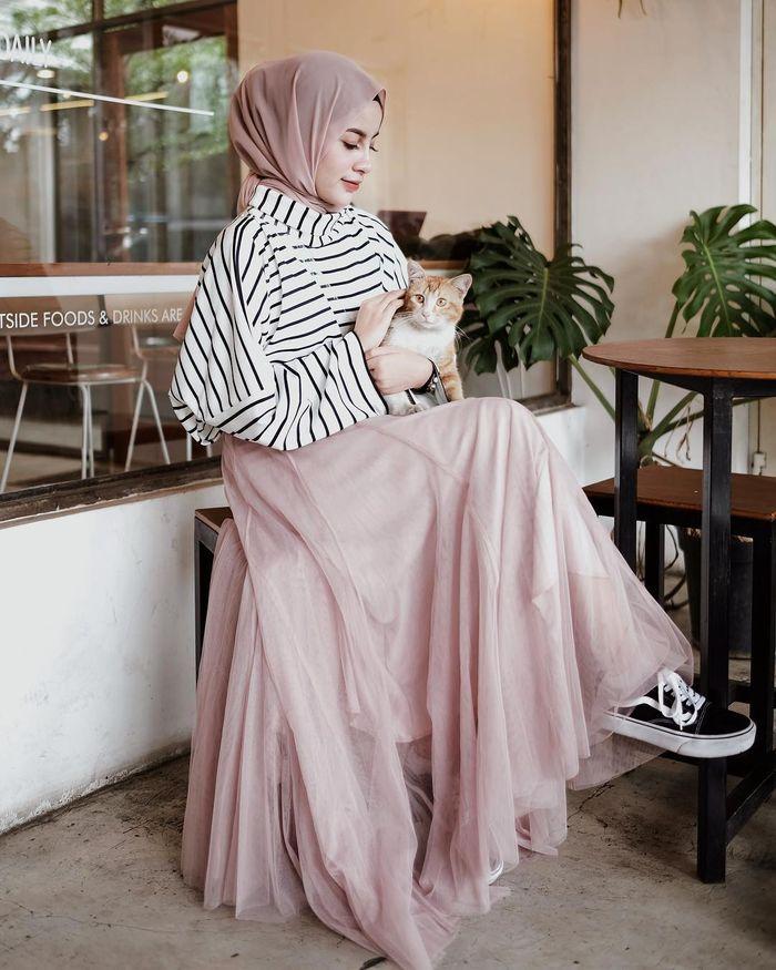 Aghnia Punjabi tampak mengenakan stripe long t-shirt warna putih