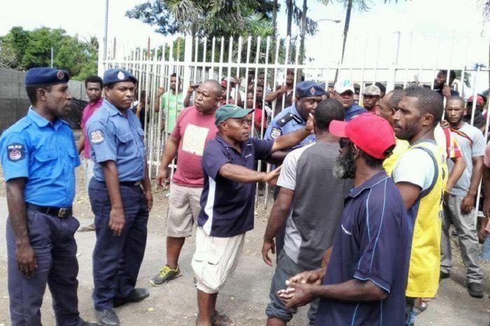 Polisi menenangkan massa yang marah di Port Moresby.
