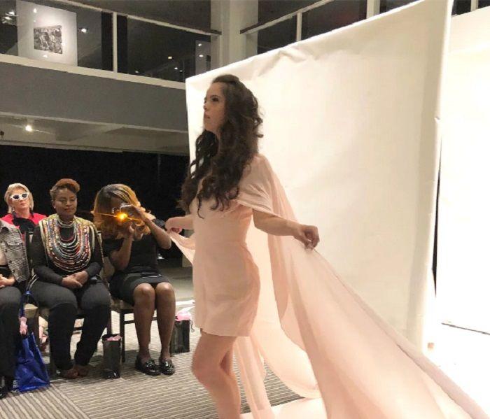Marian Avila, model dengan down syndrome saat berja;an di landasan Ney York Fashion Week.