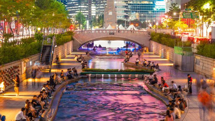 banyak warga Seoul berkumpul di sepanjang aliran sungai yang bersih