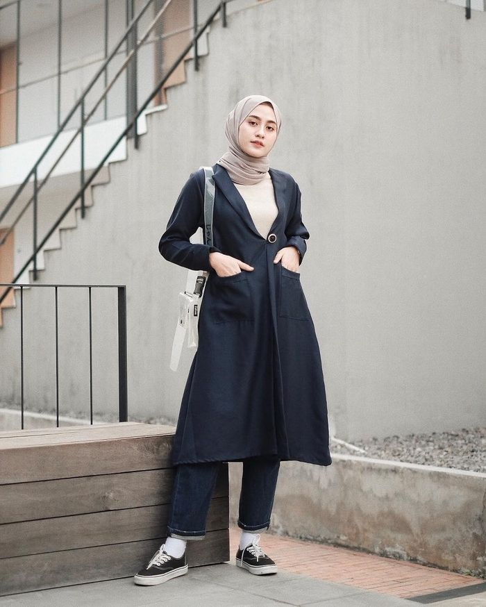 Helmi Nursifah tampil bergaya kasual dengan long outer berwarna hitam