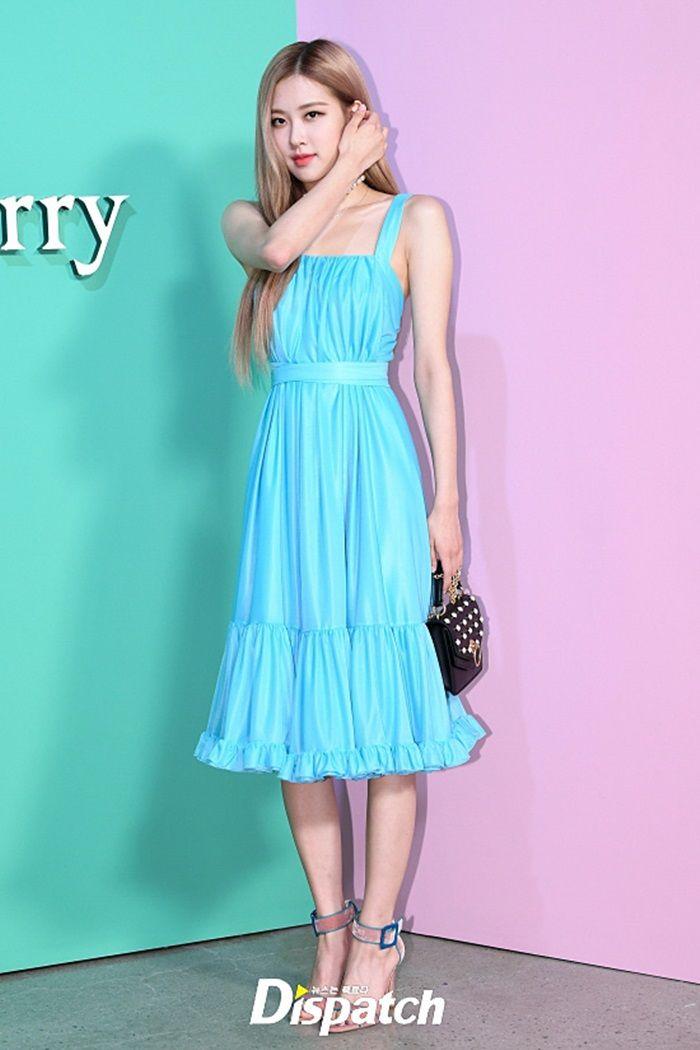 Tampilan Manis Rose Blackpink dengan Blue Dress