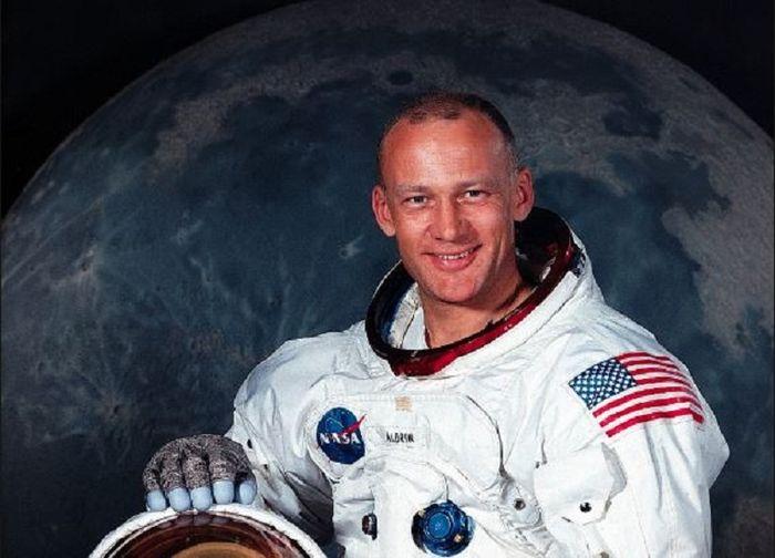 Jangan Cuma Kenal Neil Armstrong, Nih Buzz Aldrin, Astronot NASA Masih  Hidup dan Sering Muncul di Film! - Semua Halaman - Hai
