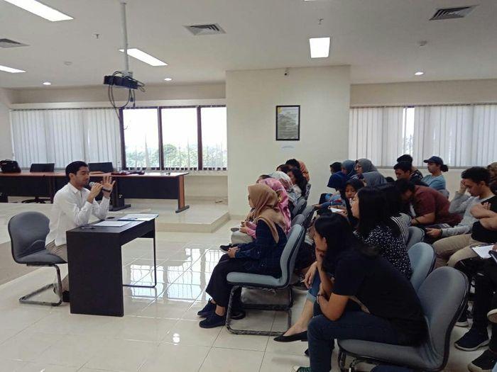Reza Rahadian sedang mengajar Mata Kuliah Olah Vokal di Program vokasi Universitas Indonesia