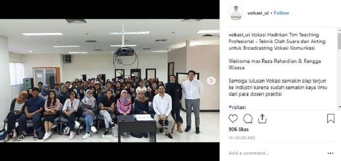 Reza Rahadian sedang berfoto dengan para mahasiswa Program Vokasi Universitas Indonesia