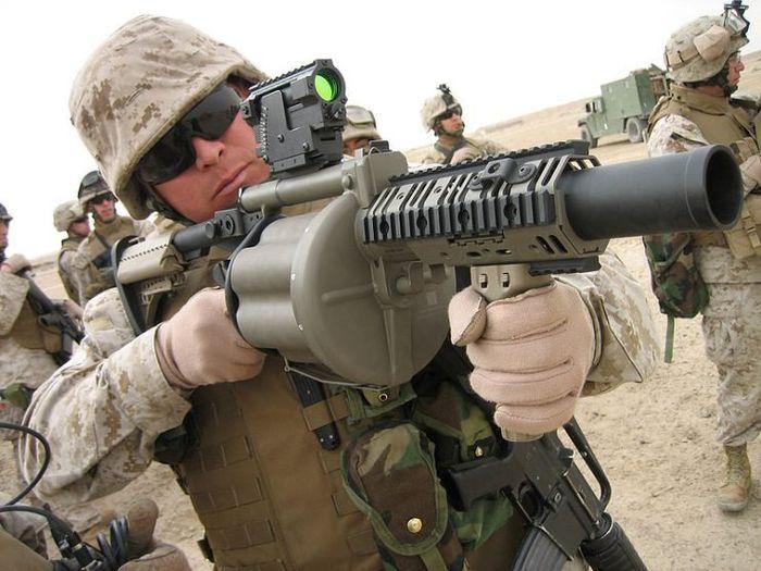 Marinir AS yang memegang model Amerika M-32 6  40 mm