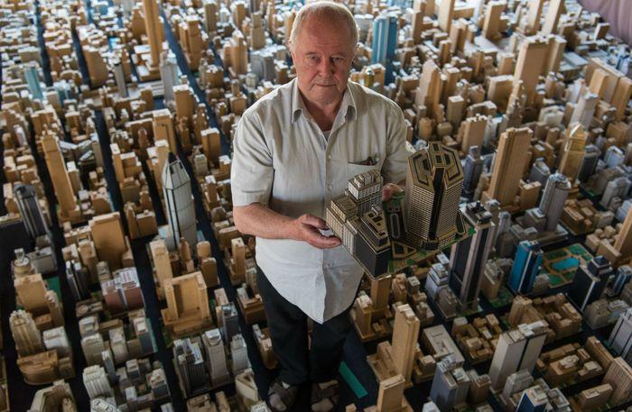 Miniatur kota dari kardus buatan Karl Sperber