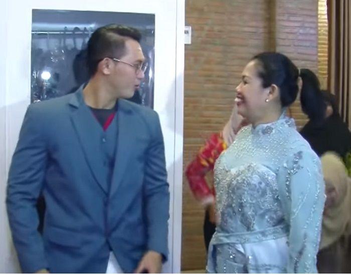 Elly Sugigi dan Irfan fitting baju di butik