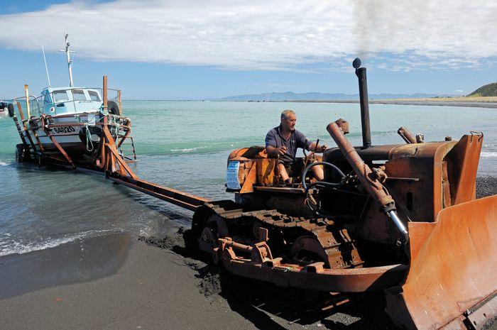 Buldoser digunakan untuk menarik kapal