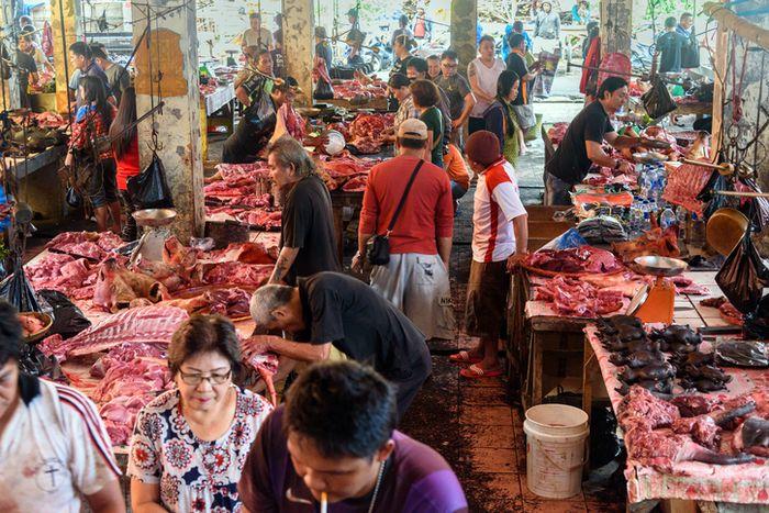 Suasana di Pasar Tomohon, Sulawesi uTARA.