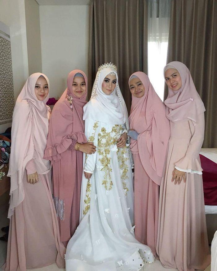 Akad nikah Anisa Rahma dalam nuansa putih dan gold