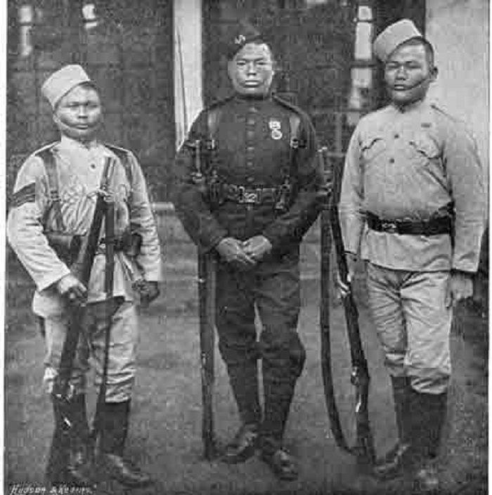 Pasukan Gurkha (1896). Sosok tengah mengenakan seragam baju hijau gelap yang dikenakan oleh semua Gurkha di Inggris, karena perbedaan resimen