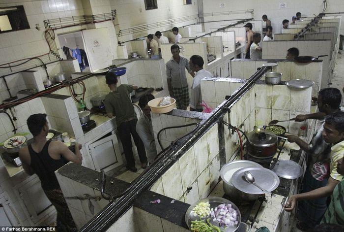 Dapur kotor di kamp Sonapur.