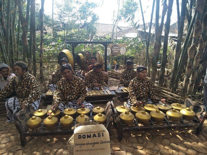 Para pemain musik di Pasar Papringan.