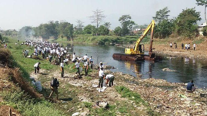 Ilustrasi: TNI dan ribuan warga turun membersihkan sampah di daerah aliran sungai (DAS) Citarum yang