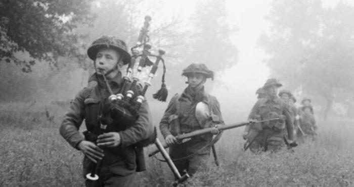 Jack Churchill memainkan bagpipe saat berbaris dengan pasukannya
