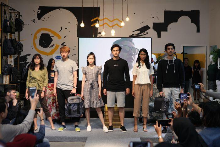 Para model memamerkan produk Mezzo dalam rangkaian fashion show