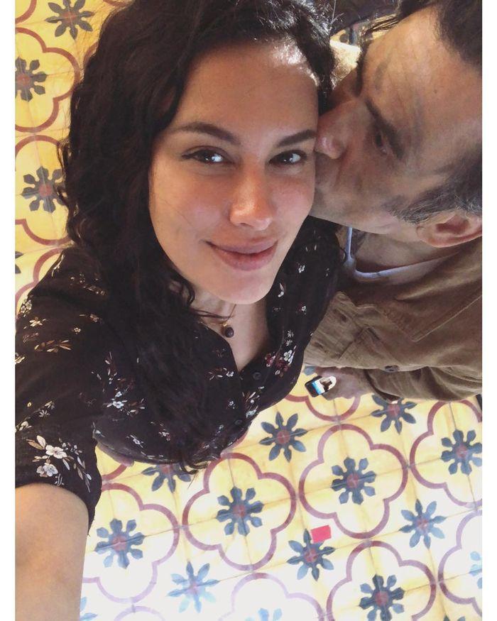 Jeremy Thomas mencium Sophia Latjuba
