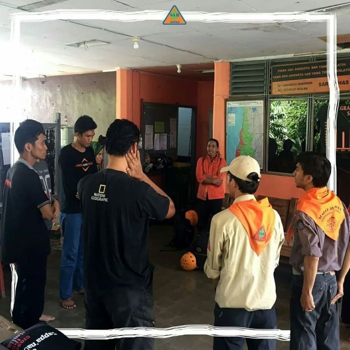 Sebelum berangkat ke Palu, Fikri melakukan briefing terakhir bersama rekan-rekannya