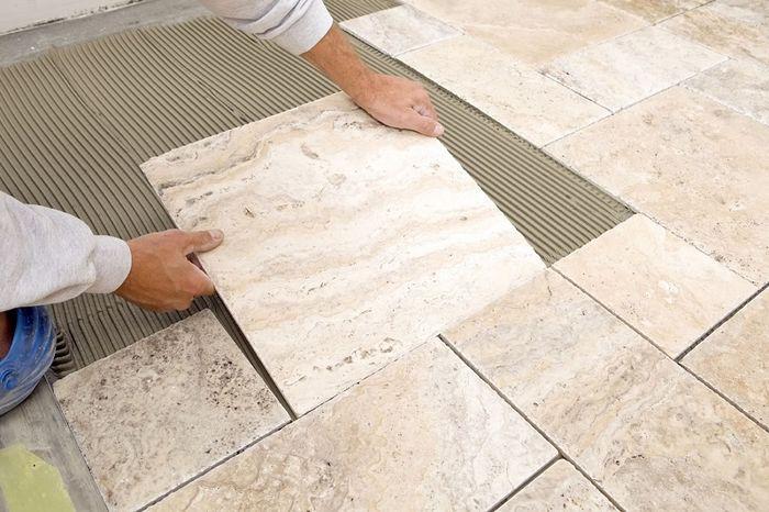 Ide renovasi kamar mandi dengan mengganti keramik lantai mungkin perlu dilakukan karena kamu merasa