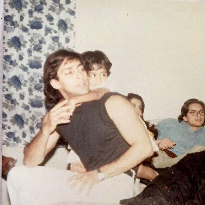 Salman Khan menggendong Arpita Khan kecil