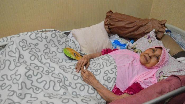 Aminah berbaring sakit.