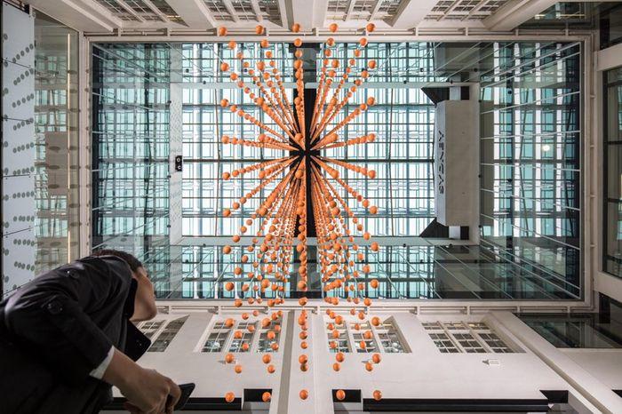 Instalasi seni dari sampah plastik Mundane Matters