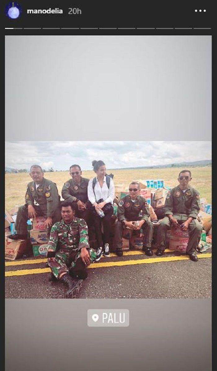 Manohara disebuah landasan udara Palu bersama dengan TNI