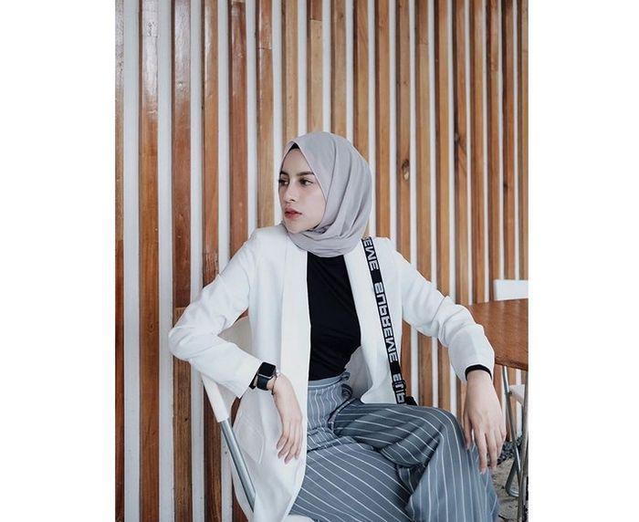 8 Inspirasi Outfit Hijab Nuansa Abu Abu Ala Selebgram Aghnia Punjabi Semua Halaman Cewekbanget