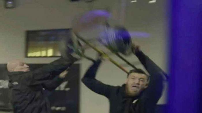 McGregor yang terekam video melempar kursi besi pada bus yang ditumpangi Khabib.