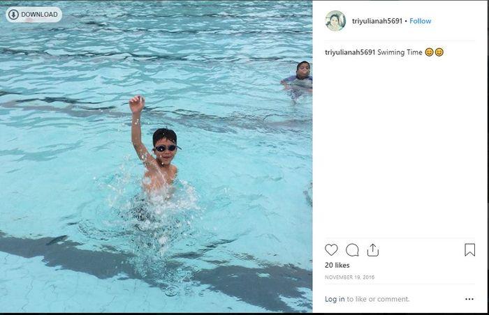 Keanu Massaid saat berenang