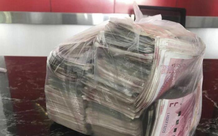 Uang 150 Yuan Cina atau Rp 330 juta yang hanya dibungkus dalam kantong plastik.