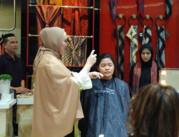 Make Up Artist Audrrey Nur Safira saat acara launcing Alleira Batik x Mineral Botanica