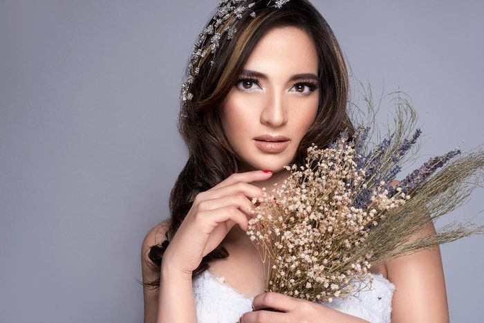 Nia Ramadhani tampil flawless dengan lipstik nude