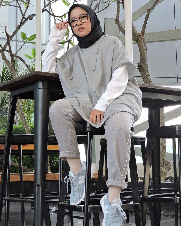 Nissa Sabyan mengenakan sweater hoodie, dalaman lengan panjang, dan jogger pants