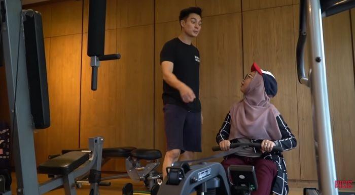 Alat workout di kamar Baim Wong